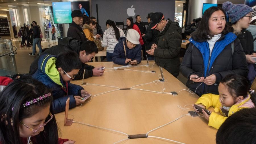 Consumidores testam o iPhone em uma loja da Apple em Pequim, na China - Gilles Sabrie/The New York Times