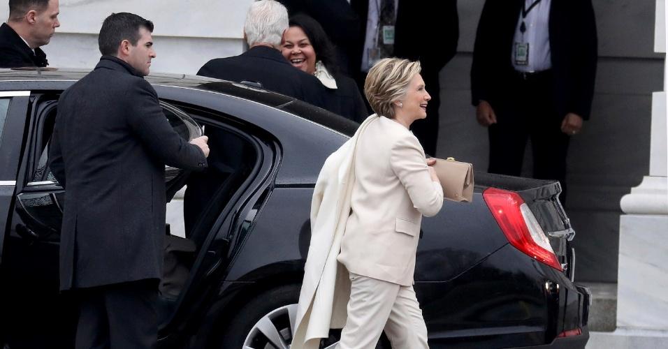 20.jan.2017 - Por volta das 13h15 --horário de Brasília--, a candidata derrotada à Presidência dos Estados Unidos, Hillary Clinton, chegou ao Capitólio, em Washington, para acompanhar a cerimônia de posse de seu adversário, o republicano Donald Trump. O ex-presidente Bill Clinton (ao fundo, cabelo branco), marido de Hillary, acompanha-a no evento.
