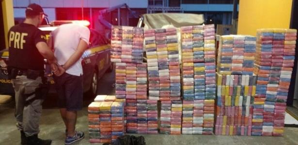 A droga estava sobre os bancos e no compartimento de carga de uma caminhonete. Um homem de 33 anos foi preso