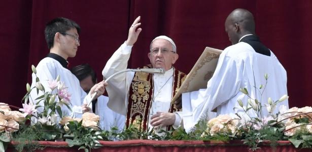 Papa Francisco dá a bênção de Páscoa para Roma e o mundo na Basílica de São Petersburgo, na Praça de São Pedro, no Vaticano