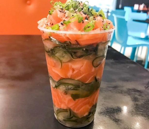 Temaki no copo de salmão com cebolinha feito pelo restaurante Temaki 10, de Maceió (AL)