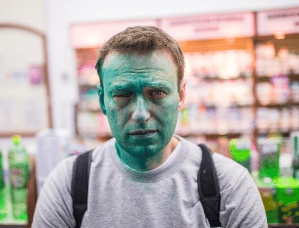 27.abr.2017 - O líder opositor russo Alexey Navalny foi atingido por uma tinta verde em Moscou