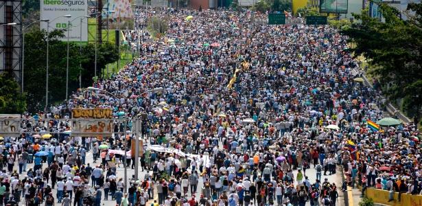 18.mai.2017 - Manifestantes participam de protesto contra o governo do presidente Nicolás Maduro, em Caracas