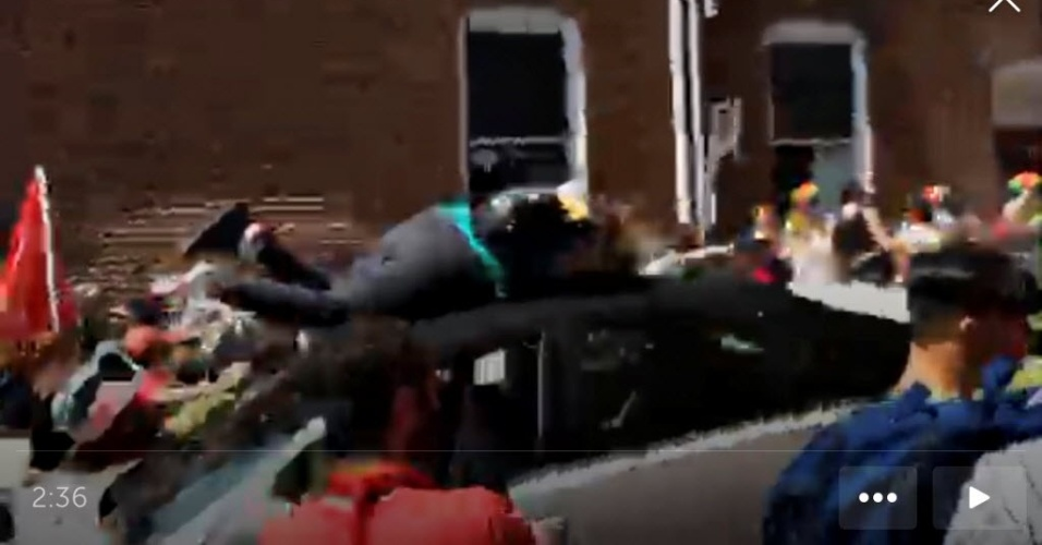 12.ago.2017 - Imagens gravadas de um celular mostra o momento em que um carro avança contra a multidão e atinge uma manifestante durante um protesto de ultradireita em Charlottesville, na Virgínia (EUA). Ao menos uma pessoa morreu e várias ficaram feridas