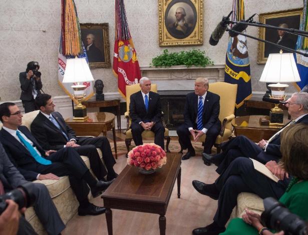 O presidente doa EUA, Donald Trump (no centro), se encontra com a liderança legislativa no Escritório Oval, incluindo o líder da minoria no Senado, Charles Schumer, na última quarta-feira em Washington