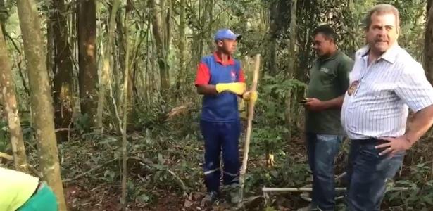 09.out.2017 - Delegado Antonio José Pereira (dir.), do Deic, em vistoria a cemitério clandestino utilizado pelo PCC em uma área de mata de Mauá, na Grande SP