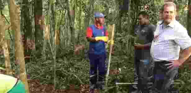 09.out.2017 - Delegado Antonio José Pereira (dir.), do Deic, em vistoria a cemitério clandestino utilizado pelo PCC em uma área de mata de Mauá, na Grande SP - Reprodução/Deic