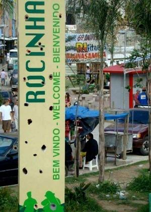 Placa de boas-vindas à favela da Rocinha, no Rio, com marcas de tiros - Reprodução/Facebook/Parceiros da Rocinha