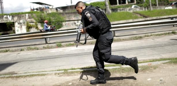 Policial participa de operação na Cidade de Deus, no Rio de Janeiro