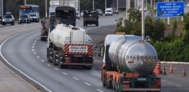 28.mai.2018 - Caminhões-tanque são escoltados pelo Exército na saída de Brasília, pela BR-040, com destino à refinaria de Gabriel Passos, na cidade de Betim (MG), onde irão buscar um carregamento de querosene de aviação destinado ao Aeroporto Internacional de Brasília