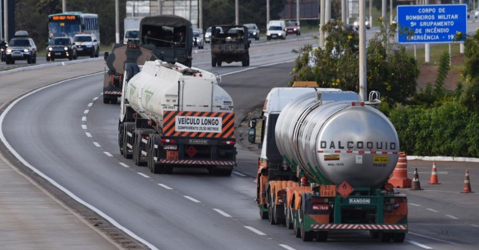 Caminhões-tanque são escoltados pelo Exército na saída de Brasília, pela BR-040, com destino à refinaria de Gabriel Passos, na cidade de Betim (MG), onde irão buscar um carregamento de querosene de aviação destinado ao Aeroporto Internacional de Brasília, nesta segunda-feira (28)