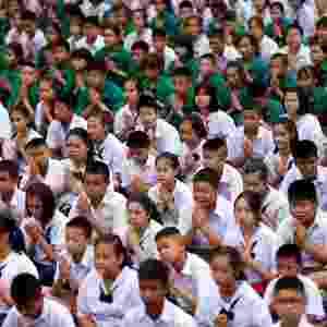 Estudantes rezam na escola de Mae Sai Prasitsart para que equipe de futebol seja encontrada com vida - Soe Zeya Tun/Reuters