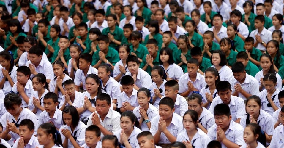 Estudantes rezam na escola de Mae Sai Prasitsart para que equipe de futebol seja encontrada com vida
