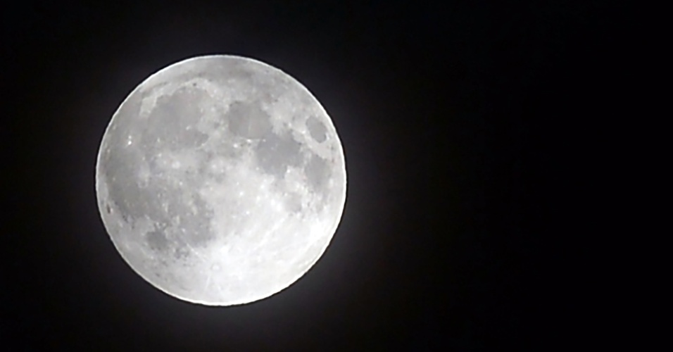 27.jul.18 - Foto da lua em Colombo, capital do Sri Lanka
