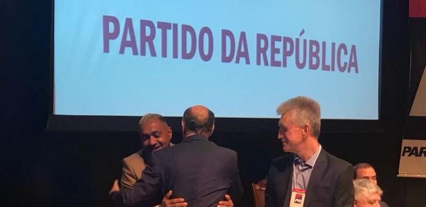 4ago2018   o candidato do psdb a presidencia geraldo alckmin abraca o deputado tiririca pr sp na convencao do pr em brasilia 1533390487591 615x300 - Tiririca anuncia candidatura à reeleição e mira recorde de votos