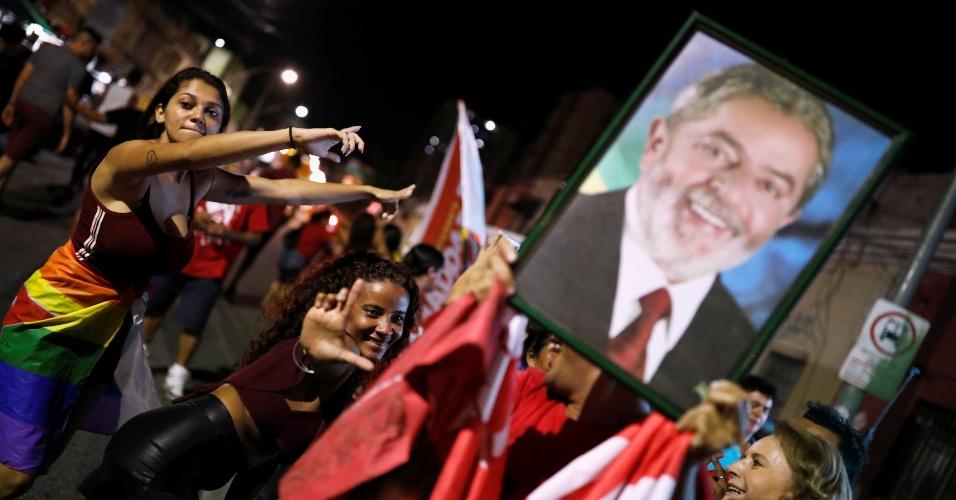 Simpatizantes de Lula e apoiadoras de Haddad aguardam o resultado final da  apuração dos votos