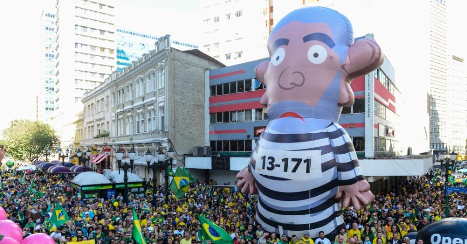 """21.out.2018 - Boneco inflável representando o ex-presidente Luiz Inácio Lula da Silva (PT) preso, também chamado de """"pixuleco"""", é exibido em ato a favor do candidato Jair Bolsonaro (PSL) em Curitiba"""