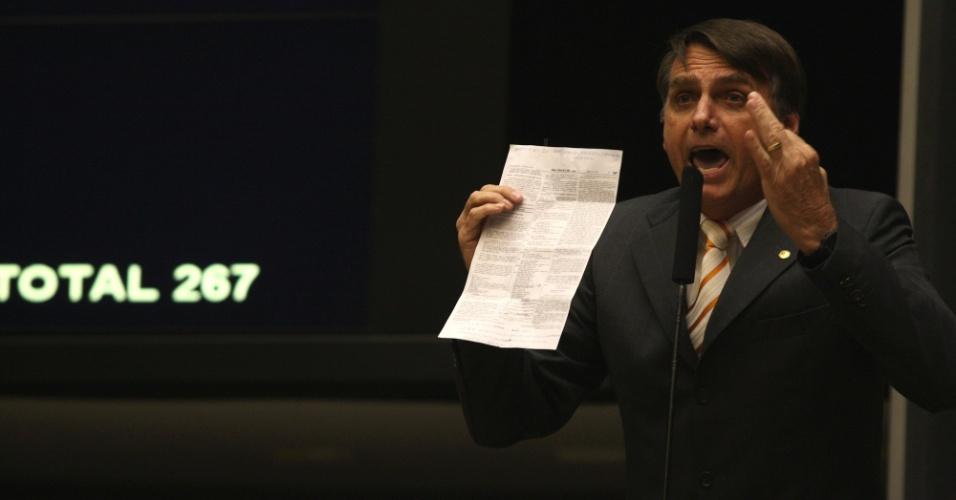 16.out.2012 - O deputado Jair Bolsonaro discursa contra o candidato a Prefeitura de São Paulo, Fernando Haddad e o kit gay, no plenário da Camara, durante sessão