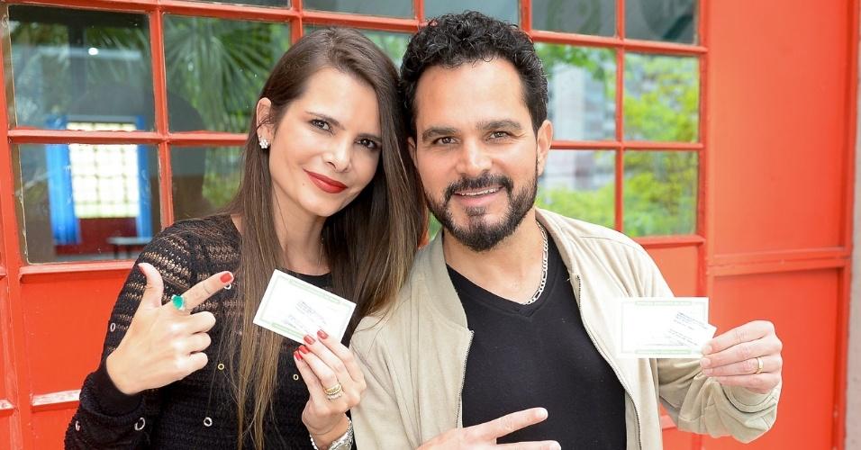 28.out.2018 - O cantor Luciano Camargo e sua mulher Flávia Fonseca votaram em Alphaville, São Paulo