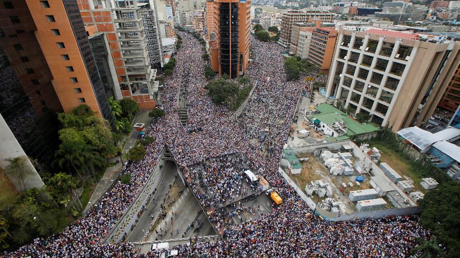 Manifestantes protestam nas ruas de Caracas, capital da Venezuela, em oposição ao governo de Maduro - Adriana Loureiro/Reuters