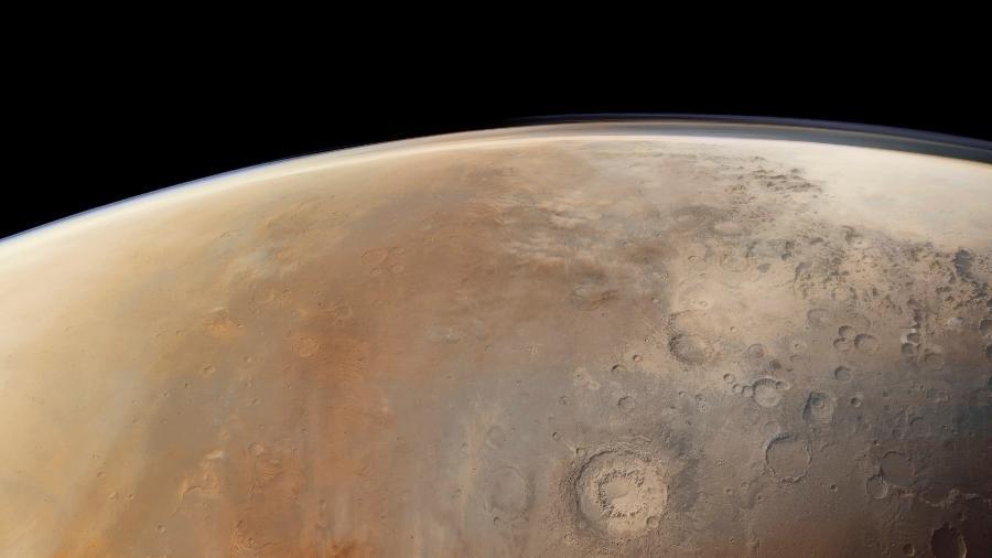 Visão de uma região de Marte cheia de crateras fotografada pela Agência Espacial Europeia  - NYT