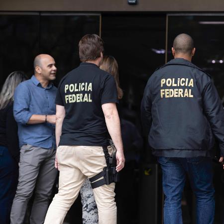 Policiais chegam em agência do Banco Paulista na 61ª fase da Lava Jato - BRUNO ROCHA/FOTOARENA/FOTOARENA/ESTADÃO CONTEÚDO