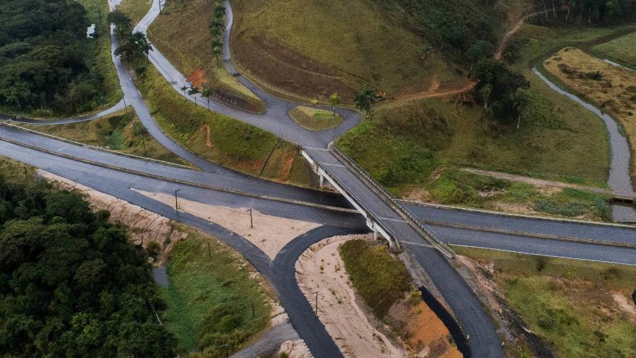 Viaduto liga novo trecho da rodovia Tamoios a fazenda da empreiteira Serveng, responsável pela obra - Eduardo Anizelli/Folhapress