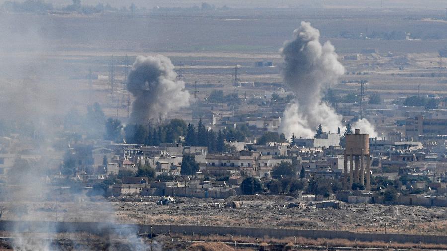 Fumaça é vista na cidade de Ras al-Ain, do lado turco da fronteira  no distrito de Ceylanpinar - Ozan Kosé/AFP