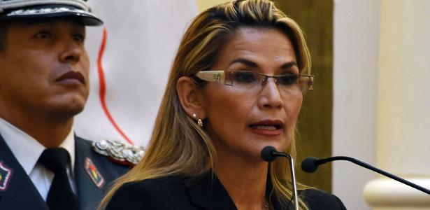 País em crise política | Autoproclamada presidente da Bolívia destitui Alto Comando Militar em 1ª decisão