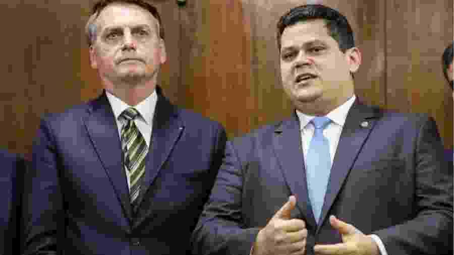 Jair Bolsonaro ao lado de Davi Alcolumbre; 22 vetos presidenciais esperam votação no Senado Federal - Foto: Marcos Corrêa/PR