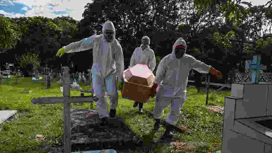 30.mai.2020 - Corpo de vítima do coronavírus é sepultado no Cemitério Municipal Recanto da Paz, em Breves, Ilha de Marajó, no Pará - Tarso Sarraf/Estadão Conteúdo