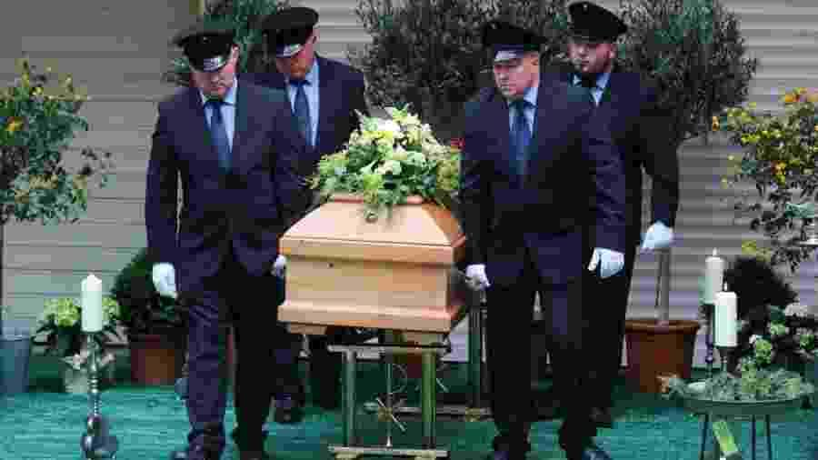 1º.jul.2020 - Funcionários de casa funerária carregam caixão com o corpo de Georg Ratzinger, irmão do papa emérito Bento 16 - Daniel Karmann/picture alliance via Getty Images
