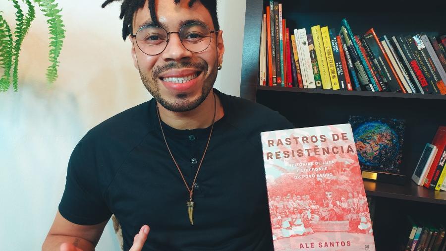 """Escritor Ale Santos mostra seu livro """"Rastros de Resistência"""" em post no Twitter para anunciar indicação ao prêmio Jabuti - Reprodução/ @Savagefiction/ Twitter"""