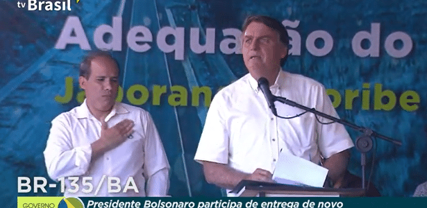 Bolsonaro vai a treino do Fla, cumprimenta elenco e posa para fotos