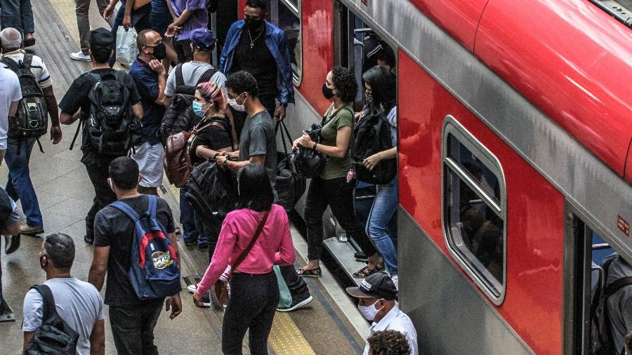 12.dez.2020 - Movimentação de passageiros em plataforma da estação Luz da CPTM, no centro de São Paulo - Bruno Escolástico/Photopress/Estadão Conteúdo