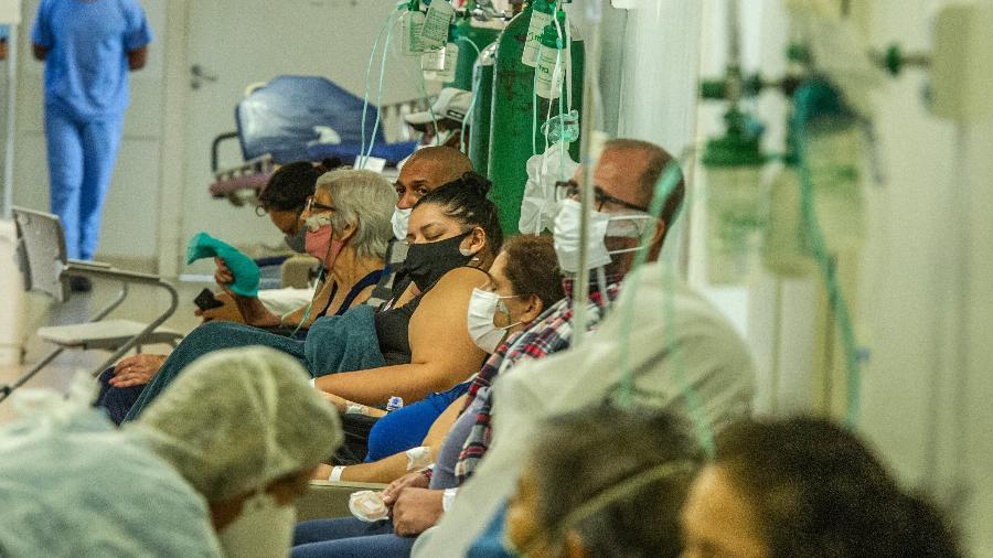 Fila de espera na emergência do hospital da Restinga, na zona sul de Porto Alegre, que teve superlotação devido à covid-19 - EVANDRO LEAL/ENQUADRAR/ESTADÃO CONTEÚDO