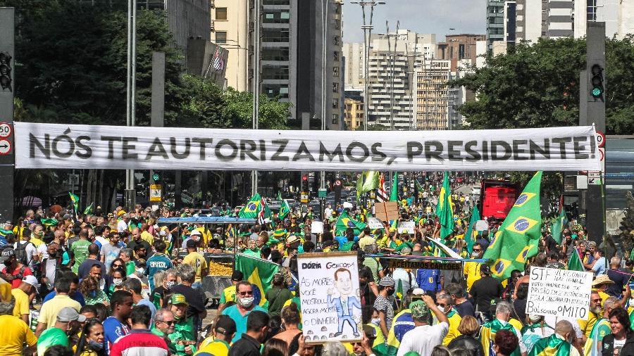 """01.05.02021 - Cartaz com a frase """"Nós te autorizamos, presidente"""" em manifestação pró-Bolsonaro na Avenida Paulista, em São Paulo  - BRUNO ESCOLASTICO/PHOTOPRESS/ESTADÃO CONTEÚDO"""