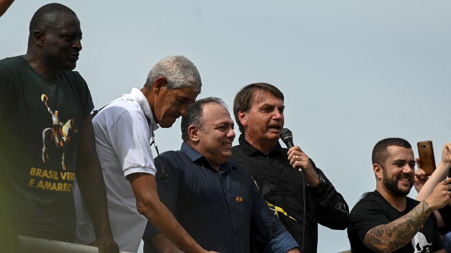 23.mai.2021 - O presidente Jair Bolsonaro discursa em um comício no Rio de Janeiro, Brasil, em 23 de maio de 2021, ao lado do ex-ministro da Saúde Eduardo Pazuello - ANDRE BORGES / AFP