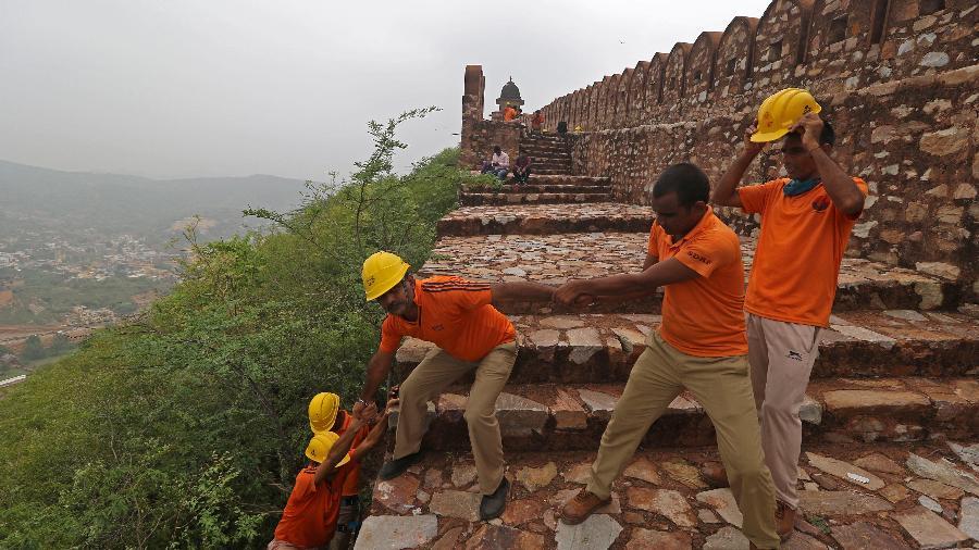 Equipes de segurança fazem uma revista no Forte de Amber, onde mais de dez turistas morreram após vários raios atingirem o local, em Jaipur, capital do Rajastão - AFP