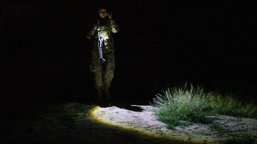 Agente do órgão americano de Alfândega e Controle de Fronteira patrulha área no Texas pela qual costumam passar imigrantes sem documentação - Paul Ratje/AFP via Getty Images