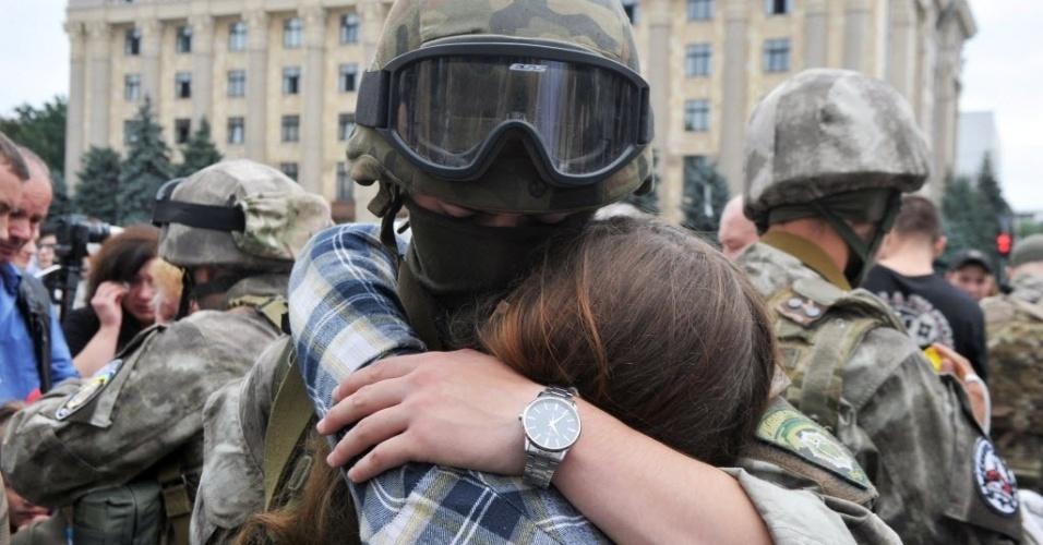30.jun.2015 - Casal se abraça durante uma cerimônia de despedida de recrutas do Corpo de Leste, companhia especial do Ministério de Negócios Internos, na cidade ucraniana de Kharkiv. Os novos soldados partem para a linha de frente na parte oriental do país