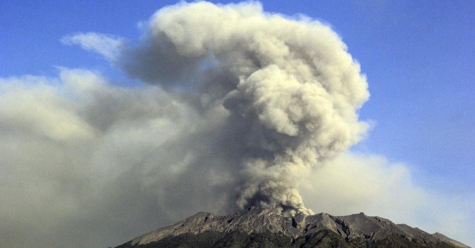 23.jul.2015 - Cinzas e fumaça são expelidas do vulcão Raung durante uma pequena erupção vista do vilarejo de Sempol, Banyuwangi, leste de Java, na Indonésia. O vulcão está em erupção há algumas semanas e já obrigou o fechamento temporário de alguns aeroportos na região, incluindo o aeroporto na ilha turística de Bali