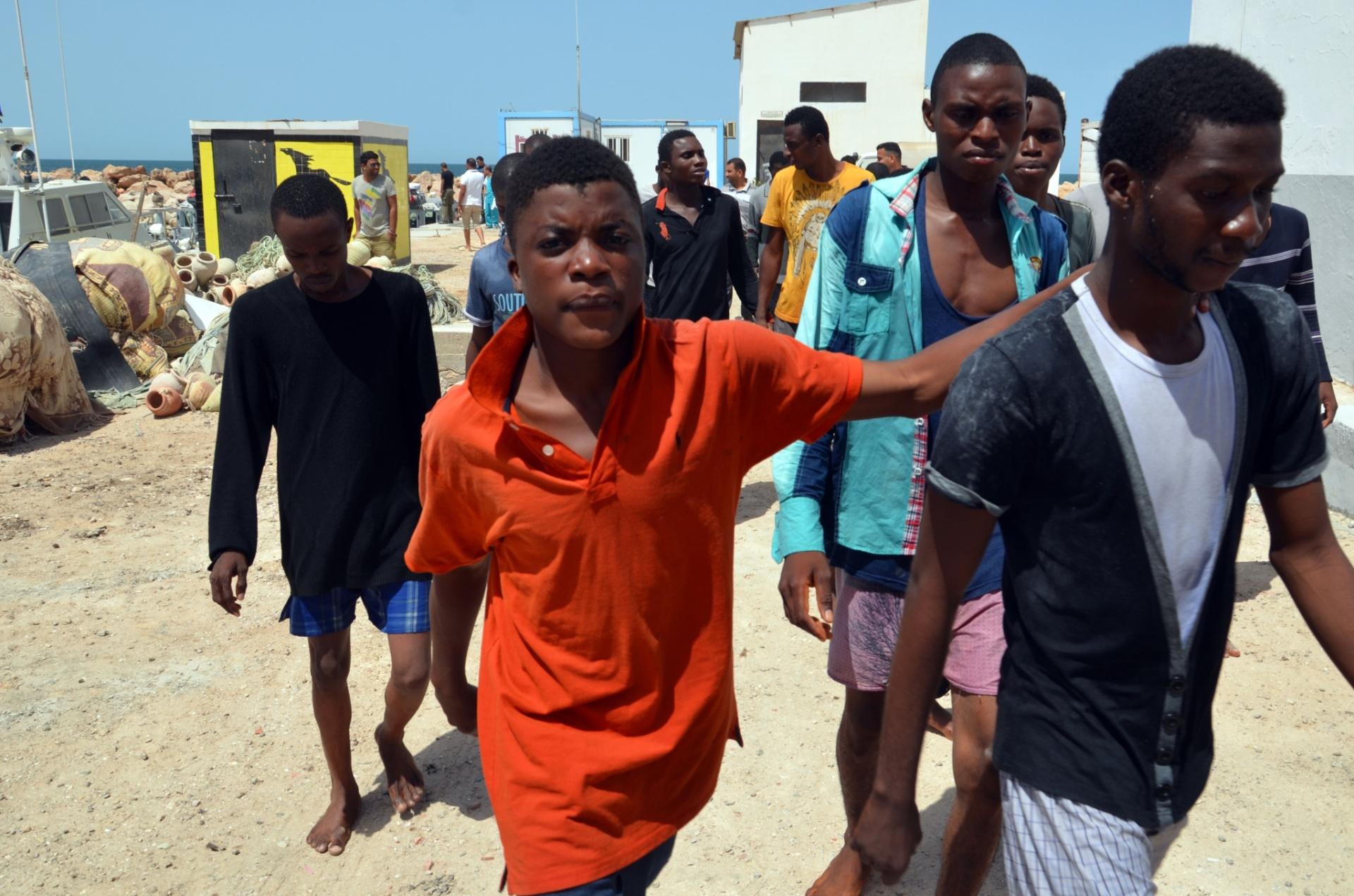 23.ago.2015 - Imigrantes chegam ao porto de el-Kitif, na cidade tunisiana de Ben Guerdane (Ben Gardane), depois de terem sido resgatados pela guarda-costeira local. Ao menos 125 pessoas foram resgatadas depois do naufrágio dos botes que as levariam à Itália