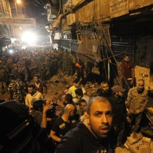 Homens trabalham na busca pelas vítimas do atentado em Beirute, no Líbano - ANWAR AMRO/AFP