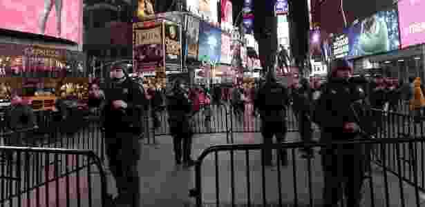 Membros do grupo de resposta estratégica da polícia de Nova York reforçam a segurança na Times Square, um dos locais mais movimentados da cidade, após os atentados realizados em Paris - Jason Szenes/EPA/Efe