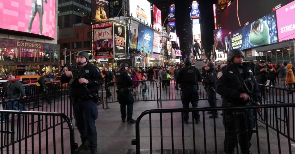 14.nov.2015 - Membros do grupo de resposta estratégica da polícia de Nova York reforçam a segurança na Times Square, um dos locais mais movimentados da cidade, após os atentados realizados em Paris. Ao menos 120 pessoas foram mortas e cerca de 200 feridas em uma série de ataques à capital francesa