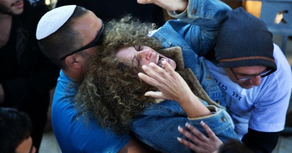 24.nov.2015 - A mãe do soldado israelense Ziv Mizrahi, 18, morto por uma facada dada por um palestino em um posto de gasolina na Cisjordânia, chora durante seu funeral no cemitério militar Monte Herzl, em Jerusalém, Israel