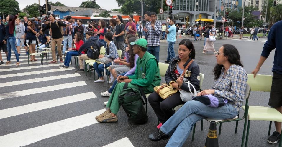 30.nov.2015 - Estudantes protestam na manhã desta segunda-feira (30) o cruzamento das avenidas Brigadeiro Faria Lima e Rebouças, na zona oeste de São Paulo. Eles colocaram cadeiras para bloquear as duas vias. Eles protestam contra a reestruturação das escolas públicas estaduais, proposta pelo governo estadual