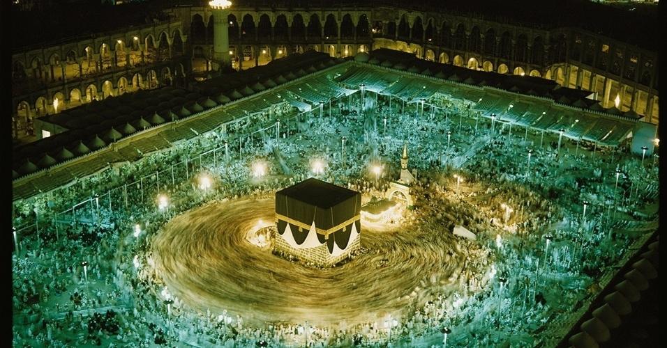 30.nov.2015 - Milhares de peregrinos circulam em Kaaba, estrutura central na mesquita de Masjid al-Haram, em Meca, na Arábia Saudita. Todos os anos, muitos muçulmanos fazem o hajj, ou a peregrinação à Mecca, para visitar a cidade sagrada
