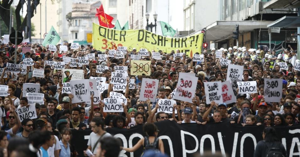 8.jan.2016 - Manifestantes caminham por rua do centro de São Paulo durante protesto contra o aumento do valor da tarifa do transporte público. Neste sábado (9), tarifa passa de R$ 3,50 para R$ 3,80